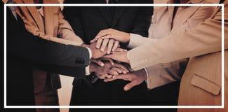 Gruppe lächelnde Geschäftsleute, die oben zusammen ihre Hände anhäufen stockbilder