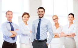 Gruppe lächelnde Geschäftsmänner Stockbild