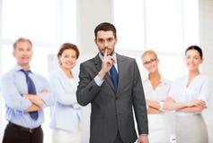 Gruppe lächelnde Geschäftsmänner, die Stillezeichen machen Stockfotos