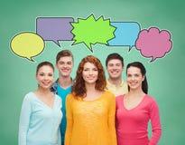 Gruppe lächelnde Jugendliche mit Textblasen Stockfotos