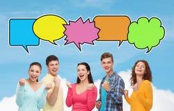 Gruppe lächelnde Jugendlichen, die Triumphgeste zeigen Lizenzfreie Stockfotos
