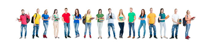 Gruppe lächelnde Jugendlichen, die zusammen bleiben lizenzfreies stockbild