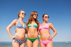 Gruppe lächelnde junge Frauen auf Strand Stockbilder
