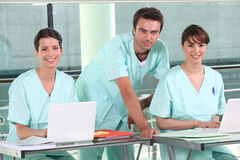 Gruppe lächelnde Krankenschwestern im Krankenhaus Stockfotografie