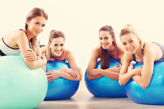 Gruppe lächelnde Leute, die Aerobic mit Bällen tun Lizenzfreies Stockfoto