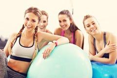 Gruppe lächelnde Leute, die Aerobic mit Bällen tun Lizenzfreie Stockfotografie
