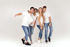 Gruppe lächelnde Leute, die Spaß zusammen haben lizenzfreie stockbilder