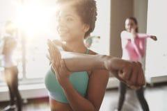 Gruppe lächelnde Leute, die in Turnhalle oder in Studio tanzen stockfotos