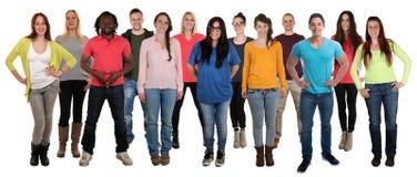Gruppe lächelnde stehende glückliche Integration multi e der jungen Leute stockbild