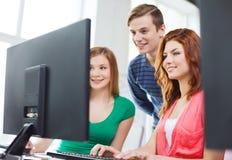 Gruppe lächelnde Studenten, die Diskussion haben Lizenzfreies Stockfoto