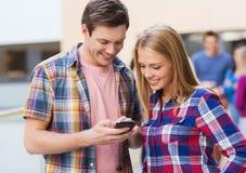 Gruppe lächelnde Studenten draußen Lizenzfreie Stockfotografie