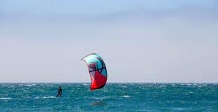 Gruppe Läufer an kitesurfing Wettbewerbssport in Cascais, PO stockbilder
