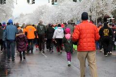 Gruppe Läufer und Wanderer, die an jährlichen Christopher Dailey Turkey Trot, Saratoga, NY, 2014 teilnehmen Lizenzfreie Stockbilder