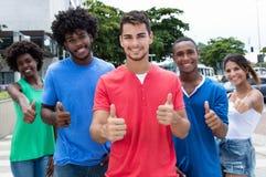 Gruppe lachenden Kaukasier- und Afroamerikanermannes und der Frau s lizenzfreie stockfotos