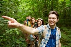 Gruppe lächelnde Freunde mit dem Rucksackwandern Stockfoto