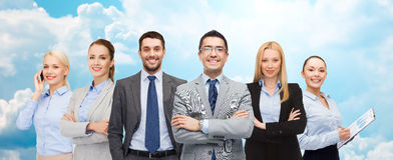 Gruppe lächelnde Geschäftsmänner über blauem Himmel Stockbilder