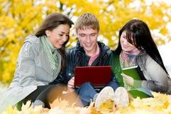 Gruppe lächelnde junge Kursteilnehmer Stockbilder