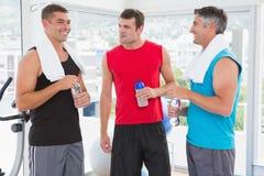 Gruppe lächelnde Männer, die sich sprechen Lizenzfreies Stockbild