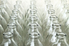 Gruppe leere Glasflaschen Stockbild