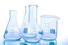 Gruppe leere Laborflaschen Stockfotos