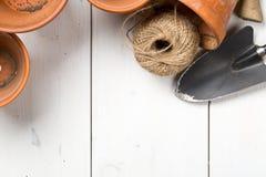 Gruppe leere, verwendete Terrakotta Töpfe mit auch im Garten arbeiten pflanzend Stockbild