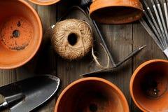 Gruppe leere, verwendete Terrakotta Töpfe mit auch im Garten arbeiten pflanzend Lizenzfreies Stockbild