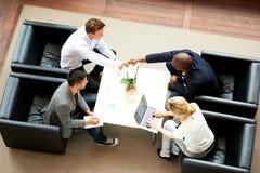 Gruppe Leitprogramme, die eine Sitzung haben stockbilder