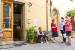 Gruppe lokale italienische Frauen, die auf der Straße in Italien gesellig sind lizenzfreie stockfotos