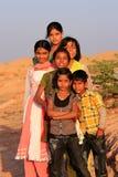 Gruppe lokale Kinder, die nahe Wasserreservoir, Khichan-villag spielen Stockfoto