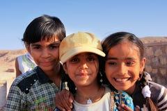 Gruppe lokale Kinder, die nahe Wasserreservoir, Khichan-villag spielen Lizenzfreie Stockbilder