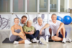 Gruppe ältere Leute, die in der Turnhalle sitzen Stockbild