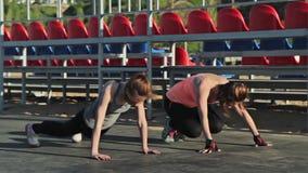 Gruppe Mädchen üben die Plankenhaltung, stock footage
