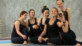 Gruppe Mädchen in der Eignungsklasse am breaktaking selfie über Handy, glücklich und lächelnd, zeigen lustiges Gesicht stock video