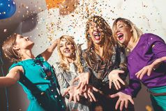 Gruppe Mädchen, die eine Partei haben lizenzfreies stockbild