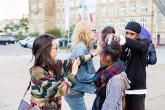 Gruppe Mädchen, die mit Gewehr vom Räuber gedroht werden Stockfoto