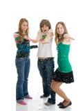Gruppe Mädchen mit dem Confetti getrennt auf einem Weiß Lizenzfreies Stockbild