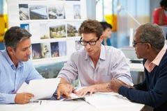 Gruppe Männer, die im kreativen Büro sich treffen Lizenzfreies Stockfoto