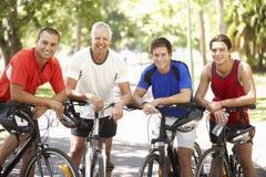 Gruppe Männer, die während der Zyklus-Fahrt durch Park stillstehen Lizenzfreies Stockfoto