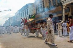 Gruppe Männer im weißen Kleid, das palanquin mit chinesischem Gott s hält stockfotografie