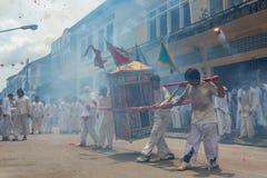 Gruppe Männer im weißen Kleid, das palanquin mit chinesischem Gott s hält stockbilder