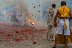 Gruppe Männer im weißen Kleid, das palanquin mit chinesischem Gott s hält lizenzfreie stockfotografie