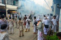 Gruppe Männer im weißen Kleid, das palanquin mit chinesischem Gott s hält stockfoto