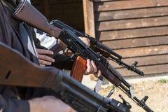 Gruppe Männer stellt ihr Gewehre bereit abzufeuern her Lizenzfreie Stockfotografie