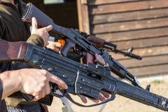Gruppe Männer stellt ihr Gewehre bereit abzufeuern her Stockbild