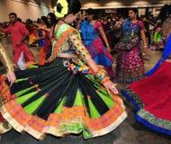 Gruppe Männer und Frauen tanzen in Aktion Hindisches Festival von Navratri Garba Tragen genießend traditionell, verbrauchen Sie stockbilder