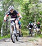Gruppe männliche Mountainbikeradfahrer im Wald Stockfotos