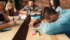 Gruppe müde Studenten bereitet sich für Prüfungen vor stockfotografie
