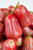 Gruppe Malabaräpfel auf weißem Hintergrund stockbild