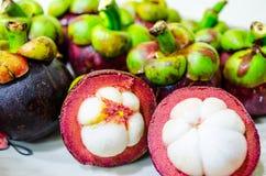 Gruppe Mangostanfrüchte Stockbild