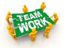 Gruppe Mann des montierenden Team-Arbeitspuzzlespiels Stockfotografie